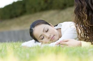 芝生に寝転ぶ女性の写真素材 [FYI00476583]