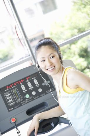 トレーニングをする女性の写真素材 [FYI00476585]