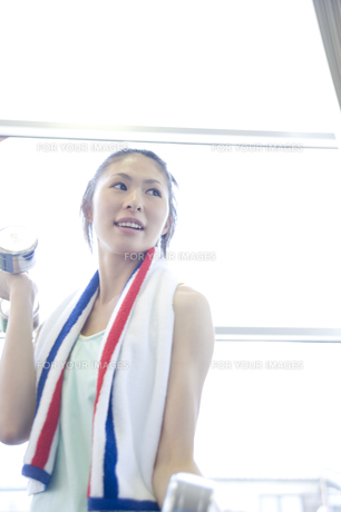 トレーニングをする女性の写真素材 [FYI00476593]