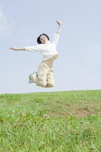 ジャンプをする女性の写真素材 [FYI00476594]