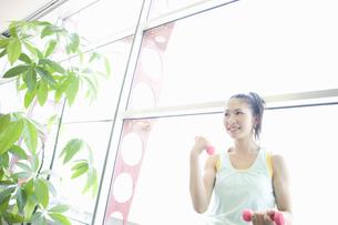 トレーニングをする女性の写真素材 [FYI00476595]