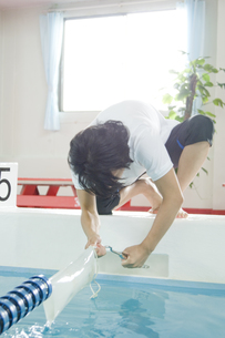 作業をする男性インストラクターの写真素材 [FYI00476600]