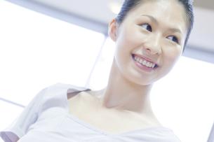 笑顔の女性の写真素材 [FYI00476602]