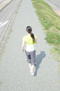 ジョギングをする女性の後姿の写真素材 [FYI00476604]