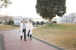 白衣を着た学生の写真素材 [FYI00476607]