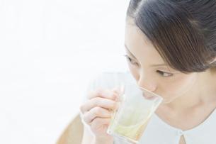 お茶を飲む女性の写真素材 [FYI00476611]