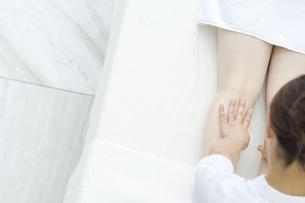 エステを受ける女性の写真素材 [FYI00476613]