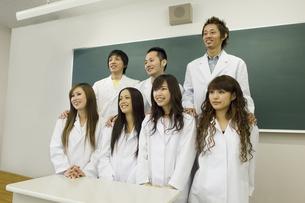 白衣を着た学生グループの写真素材 [FYI00476615]