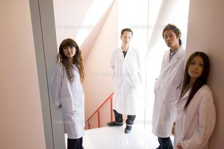 白衣を着た学生の写真素材 [FYI00476617]