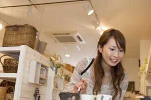 ショッピングをする女性の写真素材 [FYI00476624]