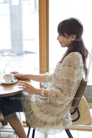 カフェでコーヒーを飲む女性の写真素材 [FYI00476628]