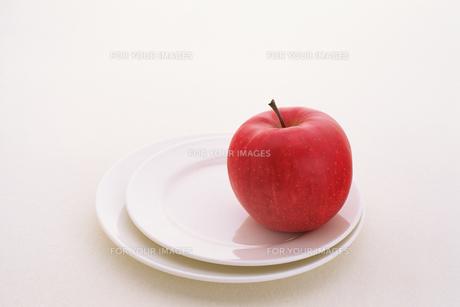 皿の上のリンゴの素材 [FYI00477075]