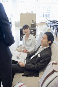 家具選びをする夫婦の写真素材 [FYI00477118]