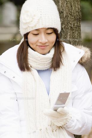 携帯電話を使う女性の写真素材 [FYI00477776]