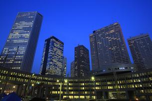 新宿副都心ビル群の夕景の写真素材 [FYI00477838]