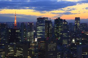 汐留ビル群と東京タワーの夕景の写真素材 [FYI00477864]