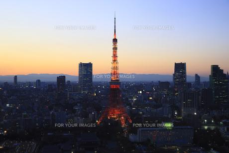 東京タワーと六本木の街並みの夜景の写真素材 [FYI00477868]