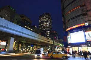 六本木交差点の夜景の写真素材 [FYI00477881]