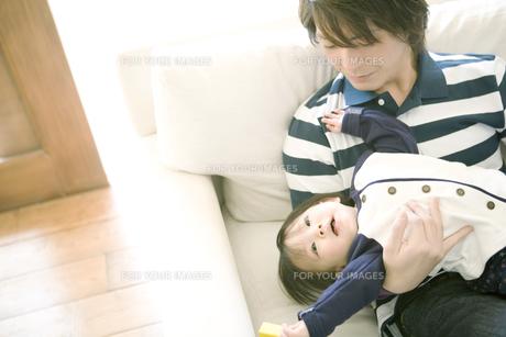 ソファで寛ぐ父と赤ちゃんの写真素材 [FYI00477975]