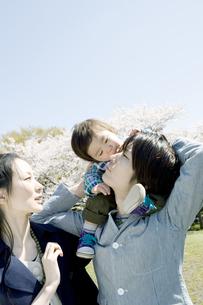 男の子を肩車する父親と母親の写真素材 [FYI00477995]