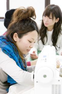 服飾系の専門学生の写真素材 [FYI00478011]