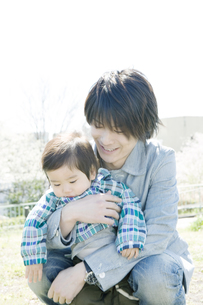 赤ちゃんを抱っこする父親の写真素材 [FYI00478027]