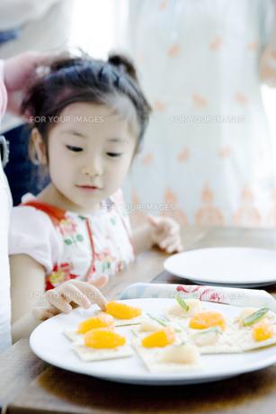 クラッカーを食べる女の子の写真素材 [FYI00478028]