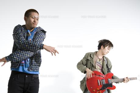 ギターを弾く男性とダンサーの写真素材 [FYI00478047]