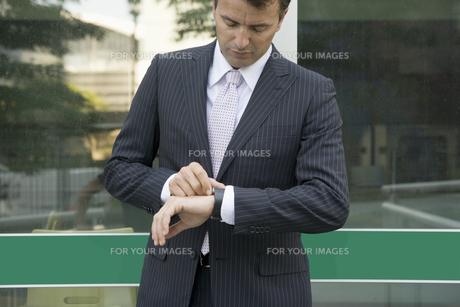 時計を見るビジネスマンの写真素材 [FYI00478054]