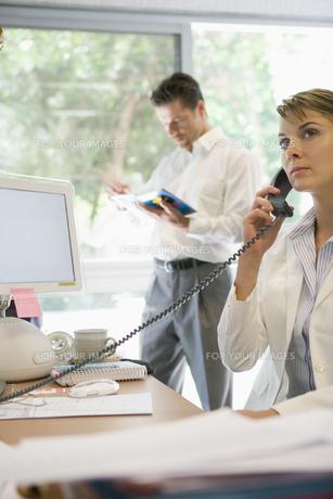 電話をかけるビジネスウーマンの写真素材 [FYI00478055]