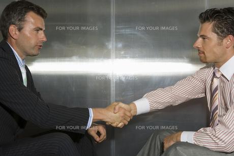 握手をするビジネスマンの写真素材 [FYI00478056]