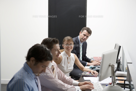 ビジネスマンとビジネスウーマンの写真素材 [FYI00478057]