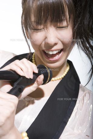 歌う女性の写真素材 [FYI00478058]