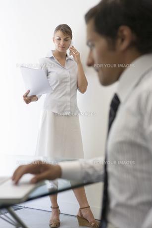 仕事中のビジネスマンとビジネスウーマンの写真素材 [FYI00478062]