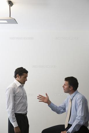 向かい合い話し合いをするビジネスマンの写真素材 [FYI00478066]