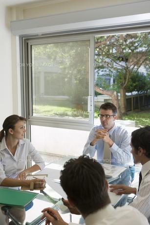 会議中のビジネスマンたちの写真素材 [FYI00478067]