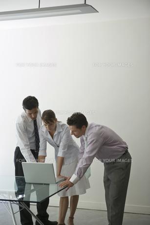 パソコンを見るビジネスマンたちの写真素材 [FYI00478068]