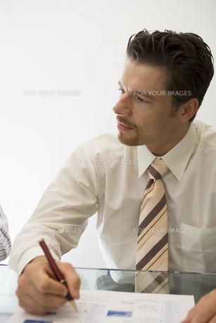 メモを取るビジネスマンの写真素材 [FYI00478070]