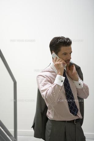 携帯電話をかけるビジネスマンの写真素材 [FYI00478072]