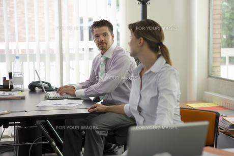 会話をするビジネスマンとビジネスウーマンの写真素材 [FYI00478073]