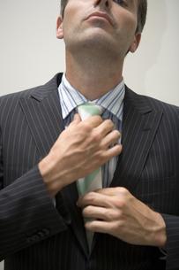 ネクタイを締めるビジネスマンの写真素材 [FYI00478075]