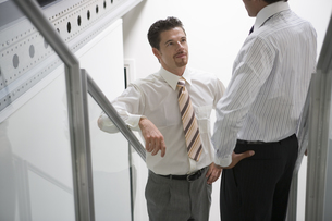 階段で話し込むビジネスマンの写真素材 [FYI00478076]