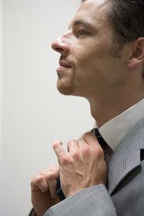 ネクタイを締めるビジネスマンの写真素材 [FYI00478078]
