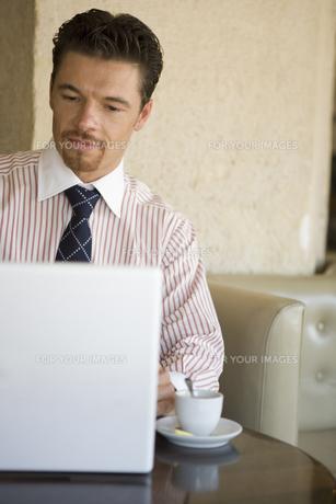 パソコンをする男性の写真素材 [FYI00478080]