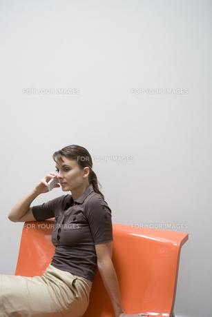 携帯電話をかける女性の写真素材 [FYI00478083]