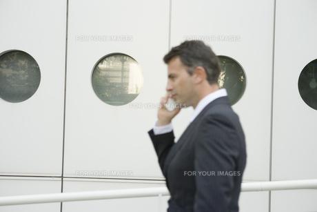 携帯電話をかけるビジネスマンの写真素材 [FYI00478085]