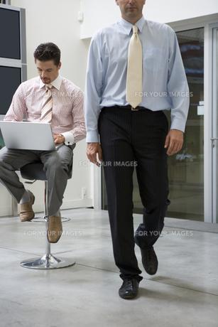 仕事中のビジネスマンたちの写真素材 [FYI00478086]
