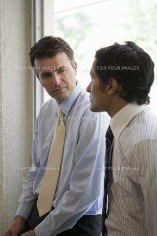 会話をするビジネスマンの写真素材 [FYI00478088]