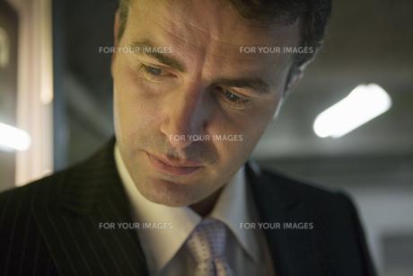 下を見るビジネスマンの写真素材 [FYI00478090]