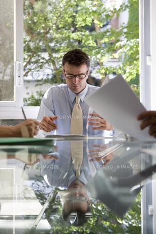 会議中のビジネスマンの写真素材 [FYI00478091]